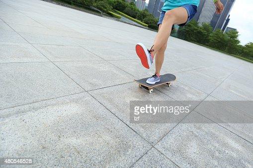 Monopatinador skateboarding a la ciudad : Foto de stock