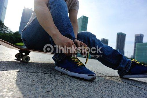 a9ae3860 Skatista Atar Cordão De Sapato De Skate Park Foto de stock | Thinkstock