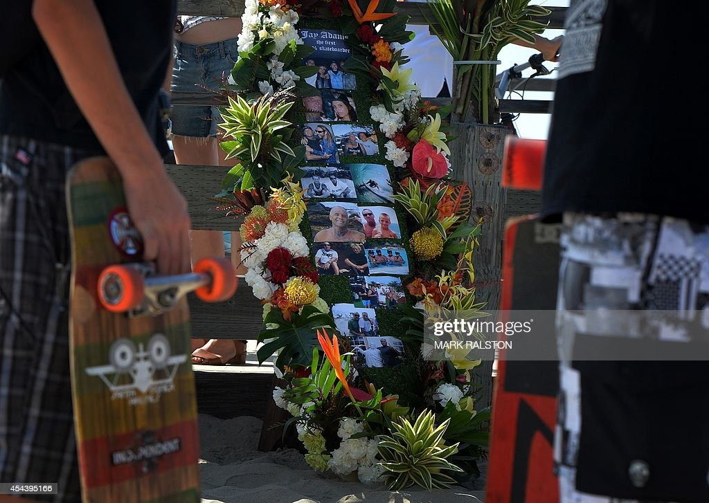 Skateboarders pay tribute during the funeral service for the pioneering and legendary skateboarder and surfer Jay Adams who died of a heart attack, at Venice Beach on August 30, 2014. Adams who became famous in the 1970's was an original member of the 'Z-Boy' skateboard team and was portrayed by actor Emile Hirsch in the film ``Lords of Dogtown'', died of a heart attack while vacationing in Mexico. AFP PHOTO/Mark RALSTON