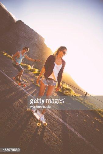 Artistique couple longboards road