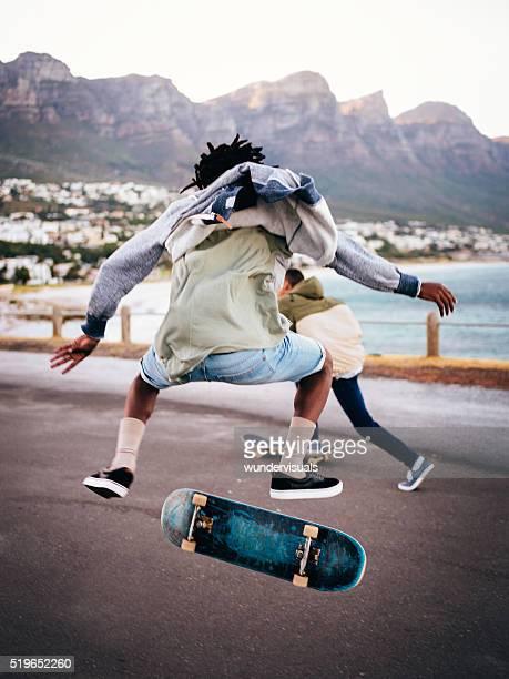 Schlittschuhläufer machen Ollie auf einer Straße auf das Meer