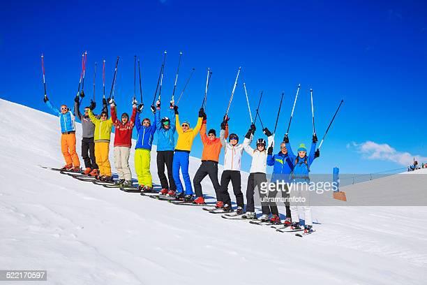 Ski club-school-Ausflüge bunte Gruppe von Pulverschnee Skifahrer