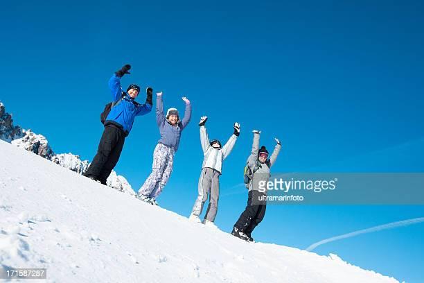 Équipe de Ski-belle famille appréciant dans la neige et d'hiver