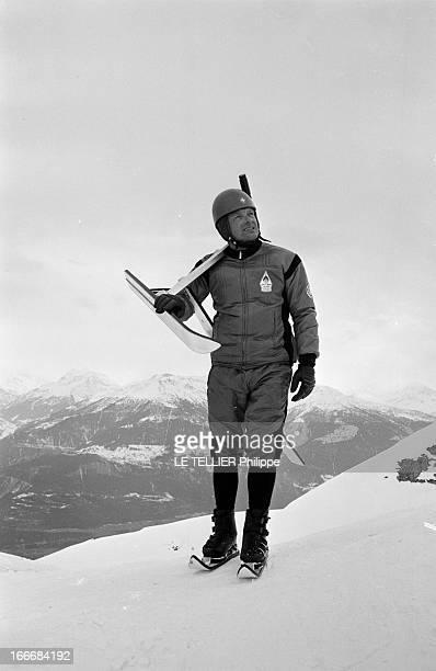 The Snow Bicycle En Suisse à CransMontana 17 février 1967 dans la station de ski un moniteur suisse porte sur l'épaule un skibob sorte de bicyclette...