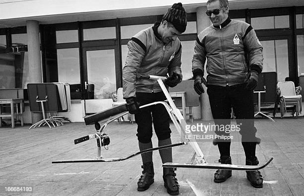 The Snow Bicycle En Suisse à CransMontana 17 février 1967 dans la station de ski des moniteurs suisses montent un skibob sorte de bicyclette des...