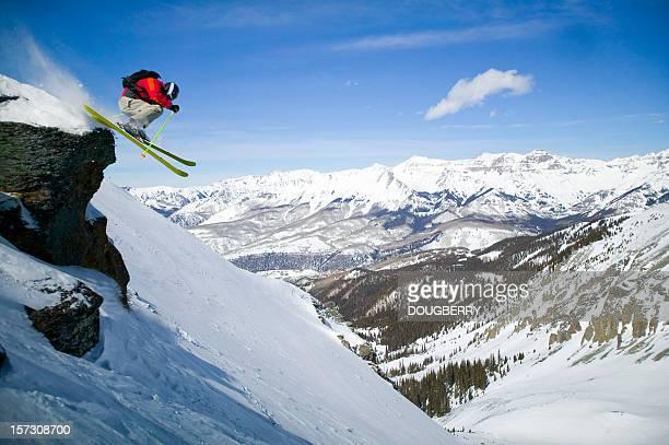 Skieur en direction de petites falaises