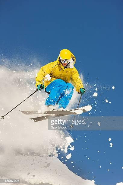 Skieur faire sauter dans la poudreuse