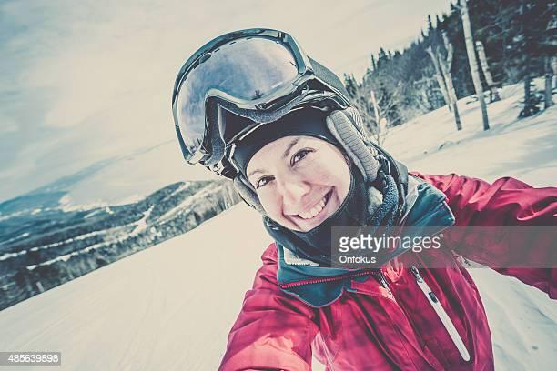 Sci, lo snowboard prendendo un Selfie in montagna