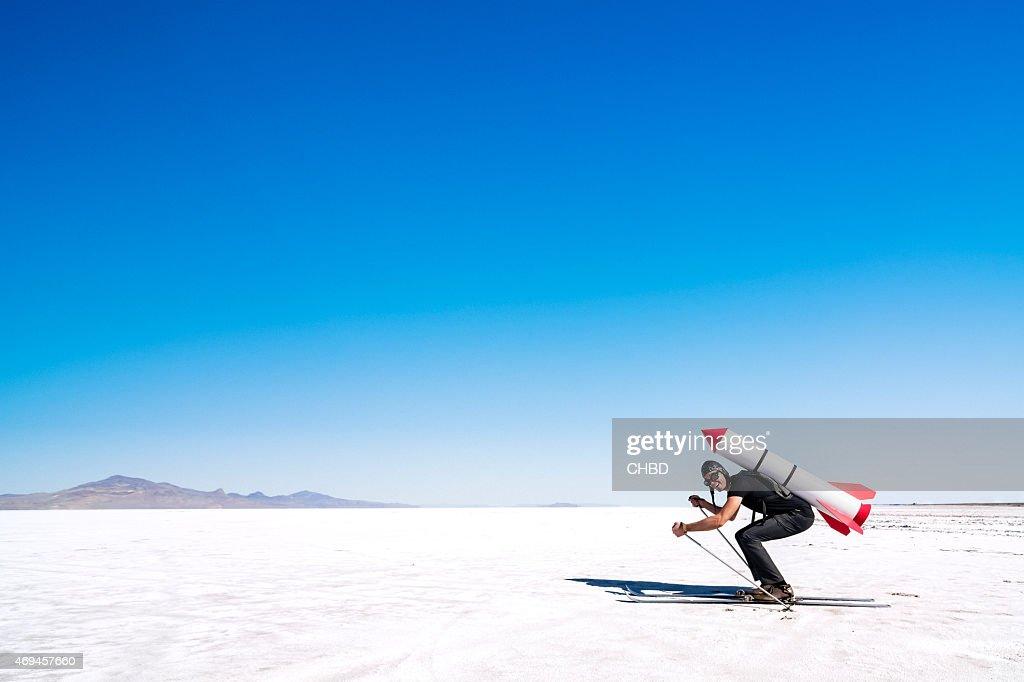 Skieur à la roquette sur son dos sur le désert. : Photo