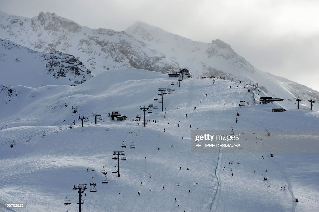Skiers enjoy the ski runs on December 28, 2012, in the French Alps resort of Val-d'Isere. France's ski slopes are set to be busier than last year as early snow falls encourage higher bookings than last year, according to an industry spokesmen and a study released on December 18, 2012. AFP PHOTO/PHILIPPE DESMAZES