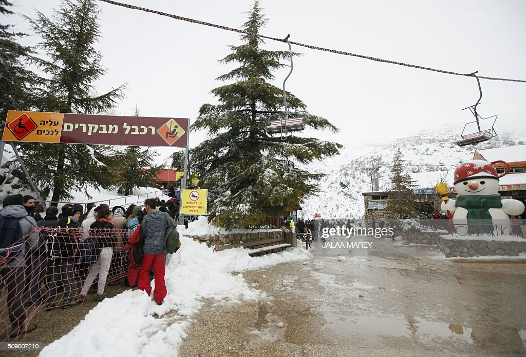 Skiers wait at a ski-lift at the Mount Hermon ski resort, in the Israeli-occupied Golan Heights, on February 8, 2016. / AFP / JALAA MAREY