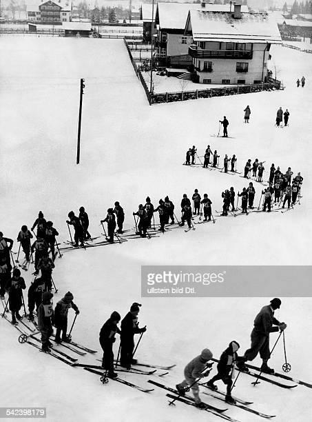 Skilaufen als Schulfach in derVolksschule in Oberstdorf Allgäu1931