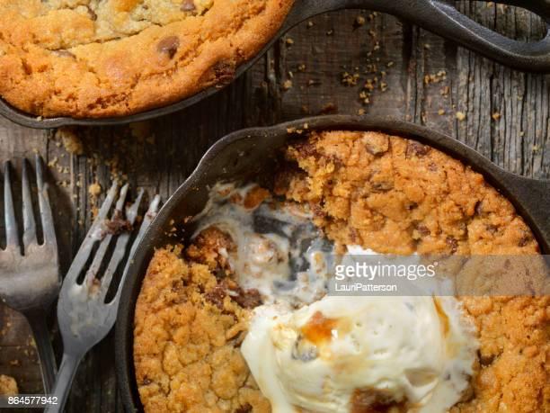 Poêle cookies aux pépites de chocolat avec crème glacée au Caramel