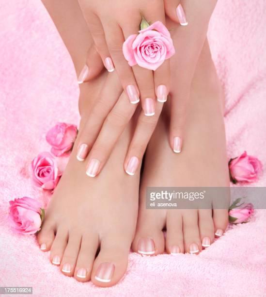 Produtos de cuidados da pele de um pé feminino de Beleza