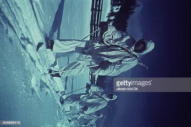 Skipatrouille der Wehrmacht in RusslandSoldaten in Schneeanzügenohne weitere Angabenverm Winter 1942