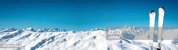 Skis en face de l'idyllique chaîne de montagnes