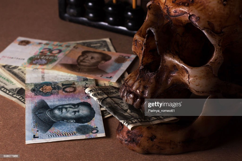 Schädel auf alten Holz mit banknote yuan und dollar : Stock-Foto