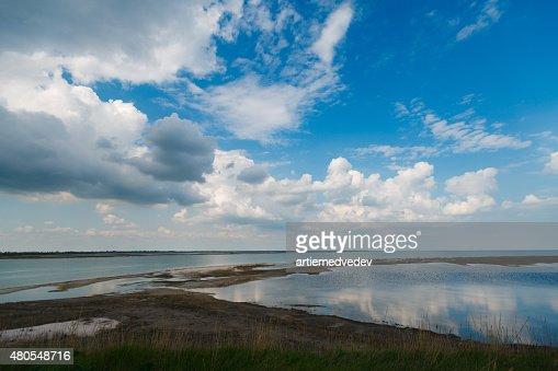 Grande céu e nuvens sobre firth com a linha do horizonte : Foto de stock