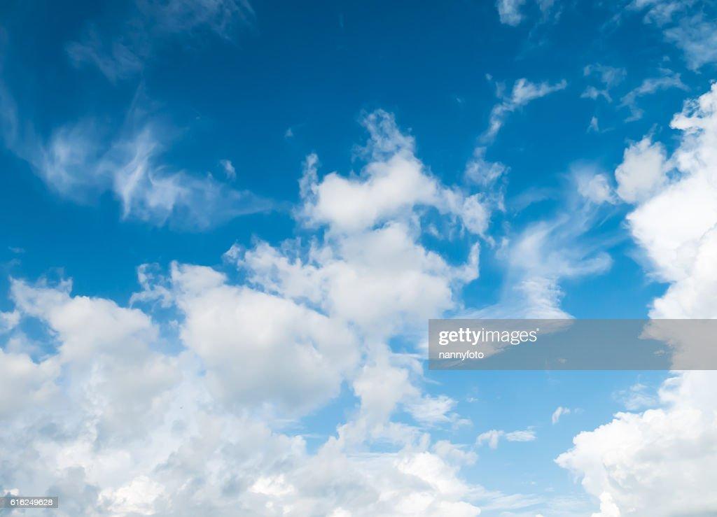 Céu e nuvens brancaswind direction : Foto de stock