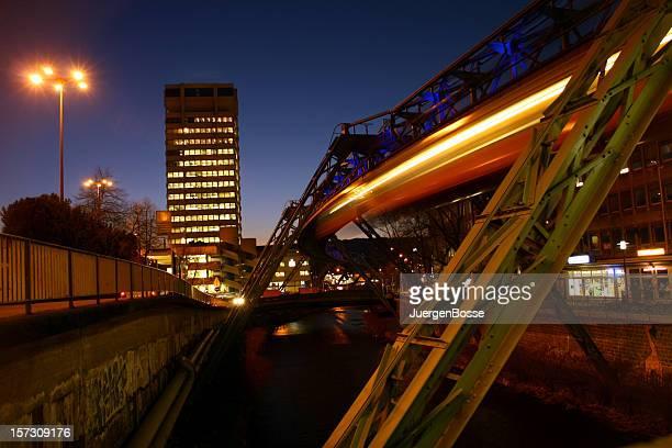 Sky train bei Nacht in Wuppertal