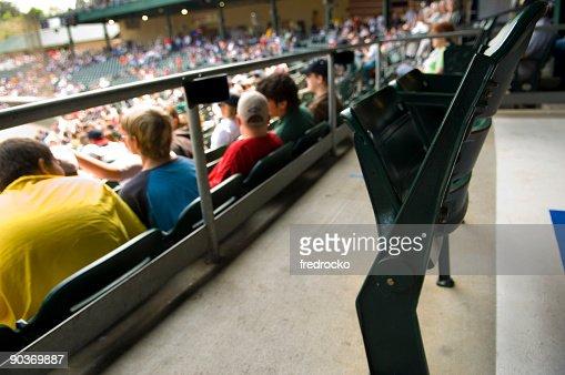 スタジアムスタンド席とスカイボックスでのスポーツイベント