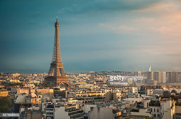 Ville de Paris et la Tour Eiffel au coucher du soleil (Paris, France)