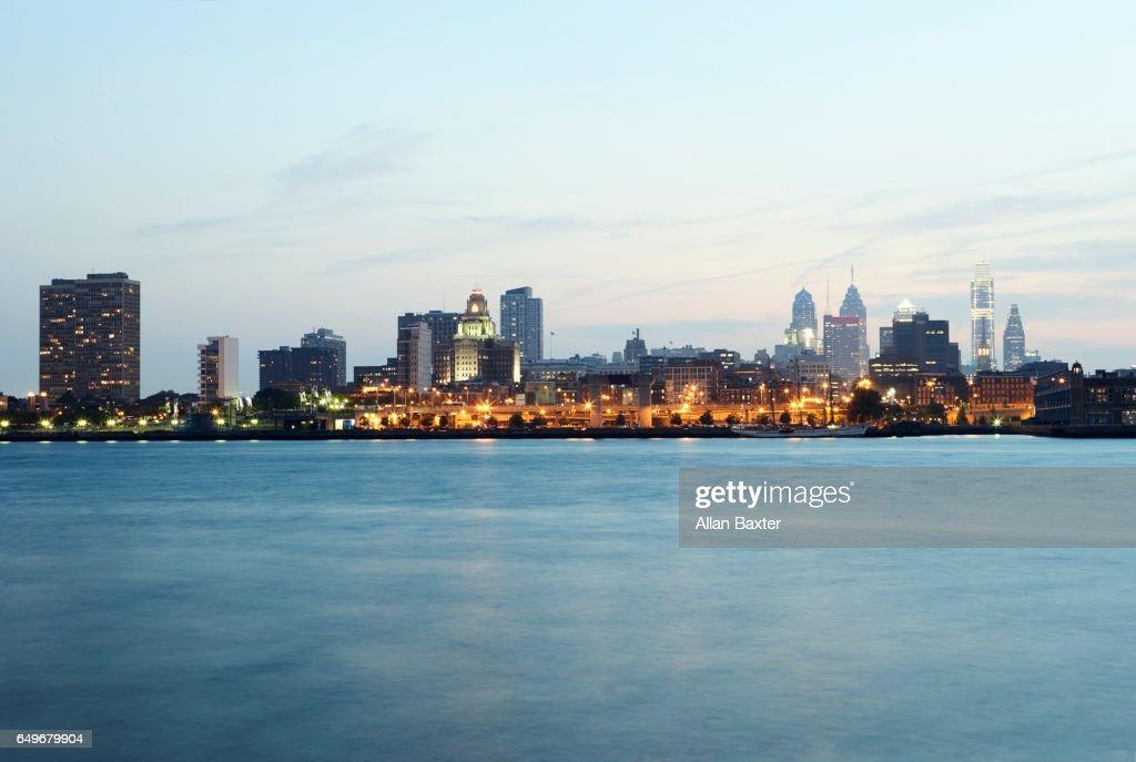 Skyline of the City of Philadelphia illuminated at dusk : Stock-Foto