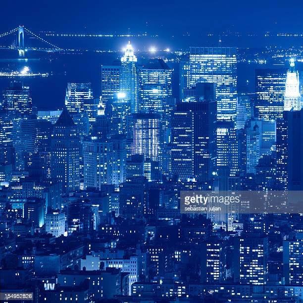 Grattacielo sullo skyline di downtown manhattan di notte