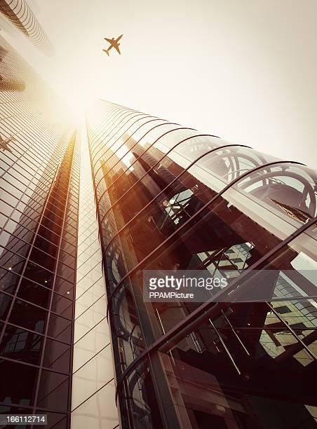 Grattacielo con una silhouette di aeroplano
