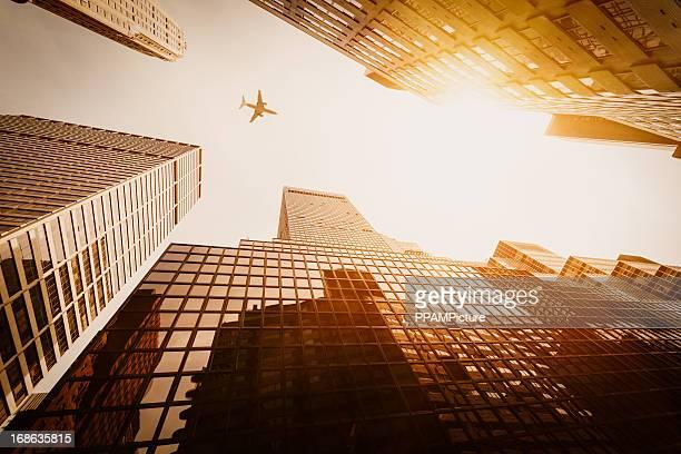 Wolkenkratzer mit einer Flugzeug-silhouette