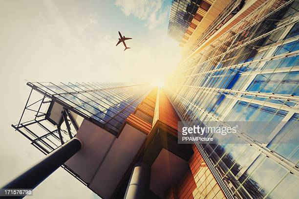 Arranha-céu com uma silhueta de Avião