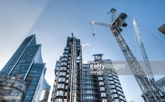 Gratte-ciel et le chantier de construction à Londres