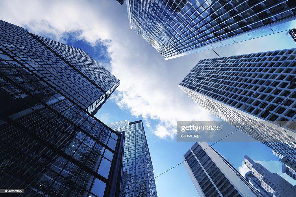 Grattacieli da terra vista con cielo blu visibile : Foto stock