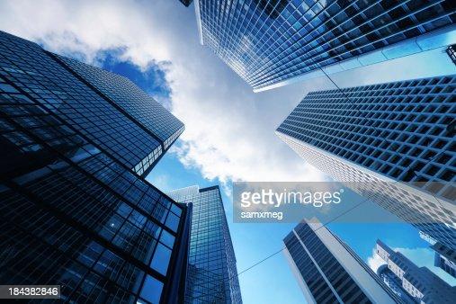 Blick auf die Wolkenkratzer von unten mit blauen Himmel sichtbar
