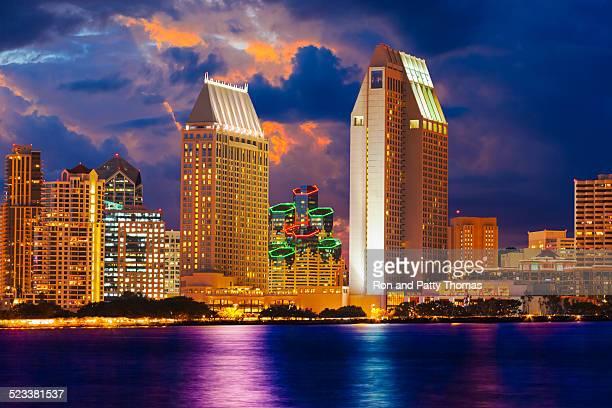 Grattacieli skyline di San Diego al tramonto, paesaggio urbano, storm, CA (P)