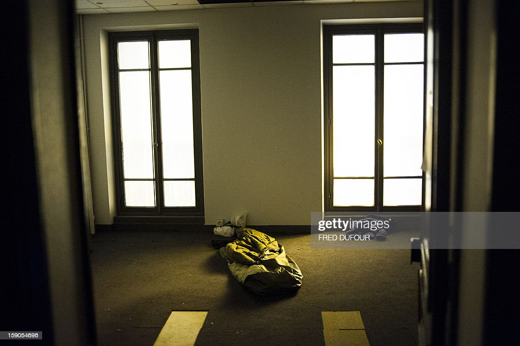 A sleeping bag is seen on the floor in a building requisitioned by French associations 'Jeudi Noir' ('Black Thursday') and 'Droit Au Logement', ('Right to Housing Association', DAL), on January 6 , 2013 in Paris. The building, situated in the 10th arrondissement of Paris is occupied since December 31, 2012. AFP PHOTO / FRED DUFOUR