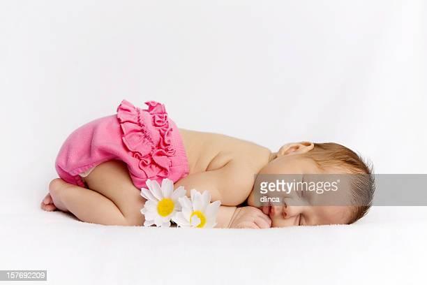 Schlafen neugeborene baby Mädchen mit Gänseblümchen