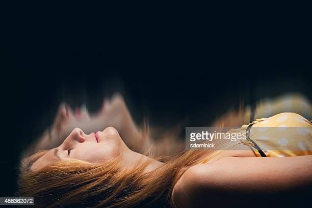 Mujer teniendo una pesadilla dormitorio