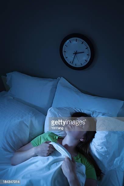 Schlaflos Schlaflosigkeit Frau Aufwachen in Stress und Anspannungen im Bett