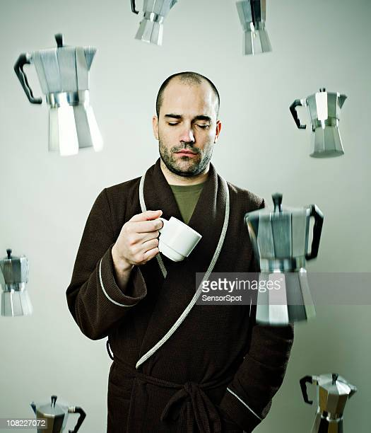 スリープ男性雨でのコーヒーマシン