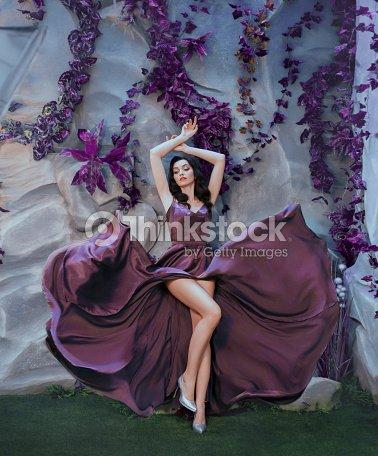 a470494e18 Esbelta Mujer Atractiva Como Imagen De Artista Magnífico Volando ...