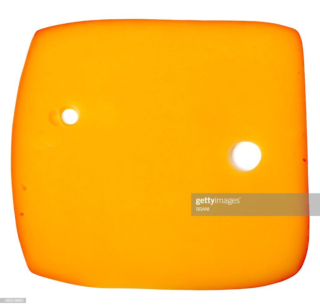 Rodaja de queso aislado sobre fondo blanco : Foto de stock