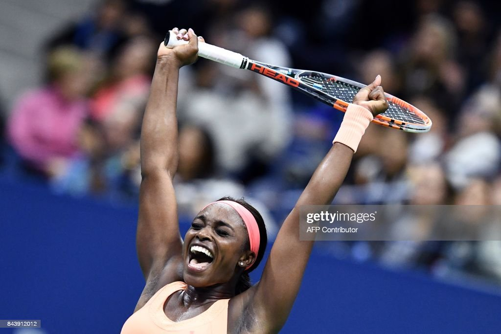 TOPSHOT - Sloane Stephens of the US celebrates after defeating compatriot Venus Williams during their 2017 US Open Women's Singles Semifinals match at the USTA Billie Jean King National Tennis Center in New York on September 7, 2017. Sloane Stephens reached her first Grand Slam final on Thursday with an epic 6-1, 0-6, 7-5 win over veteran American compatriot Venus Williams, a two-time champion. / AFP PHOTO / Jewel SAMAD