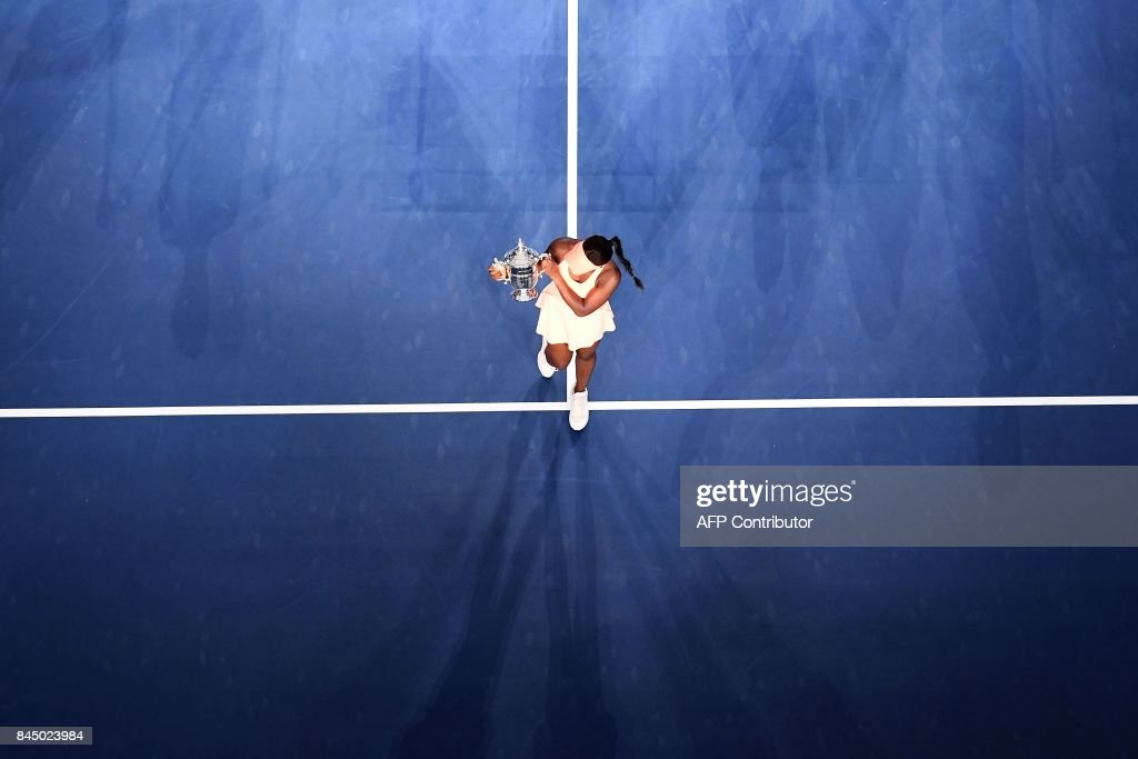TOPSHOT - Sloane Stephens of the US poses with her winning trophy after defeating compatriot Madison Keys during their 2017 US Open Women's Singles final match at the USTA Billie Jean King National Tennis Center in New York on September 9, 2017. Sloane Stephens, sidelined for 11 months by a left foot injury until returning in July, captured her first Grand Slam title by routing fellow American Madison Keys 6-3, 6-0 in Saturday's US Open final. / AFP PHOTO / Jewel SAMAD