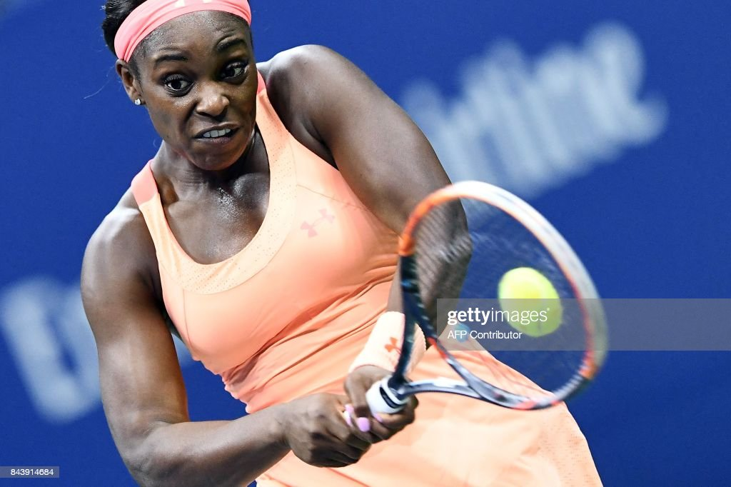 TOPSHOT - Sloane Stephens of the US returns the ball to her compatriot Venus Williams during their 2017 US Open Women's Singles Semifinals match at the USTA Billie Jean King National Tennis Center in New York on September 7, 2017. Sloane Stephens reached her first Grand Slam final on Thursday with an epic 6-1, 0-6, 7-5 win over veteran American compatriot Venus Williams, a two-time champion. / AFP PHOTO / Jewel SAMAD
