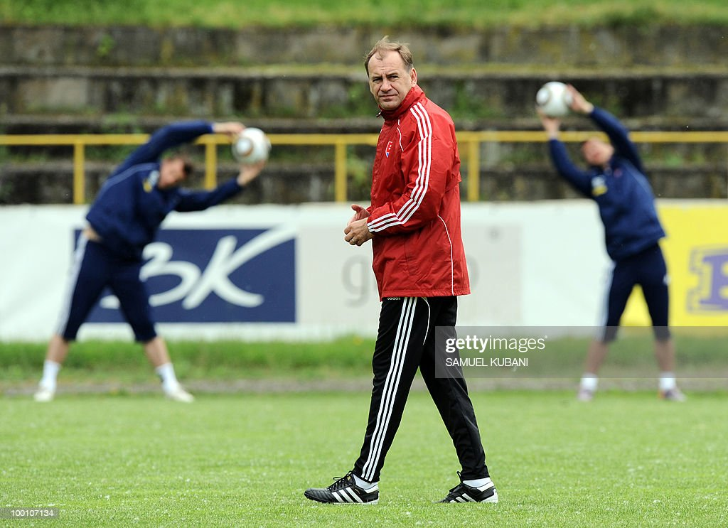 Slovakian national football coach Vladimir Weiss (C) looks at his players during a training session on May 20, 2010, at their training camp in Piestany, prior to the FIFA World cup 2010 held in South Africa.