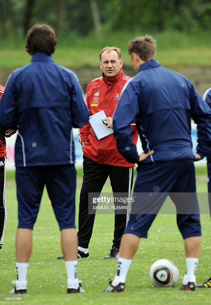 Slovakian national football coach Vladimir Weiss (C) talks to players during training session on May 20, 2010, at their training camp in Piestany, prior to the FIFA World cup 2010 held in South Africa.
