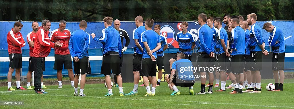Slovakia's coach Jan Kozak (3rd L) speaks to his players during a training session, in Vichy, central France, on June 25, 2016, on the eve of the Euro 2016 round of sixteen football match between Germany and Slovakia. / AFP / JOE