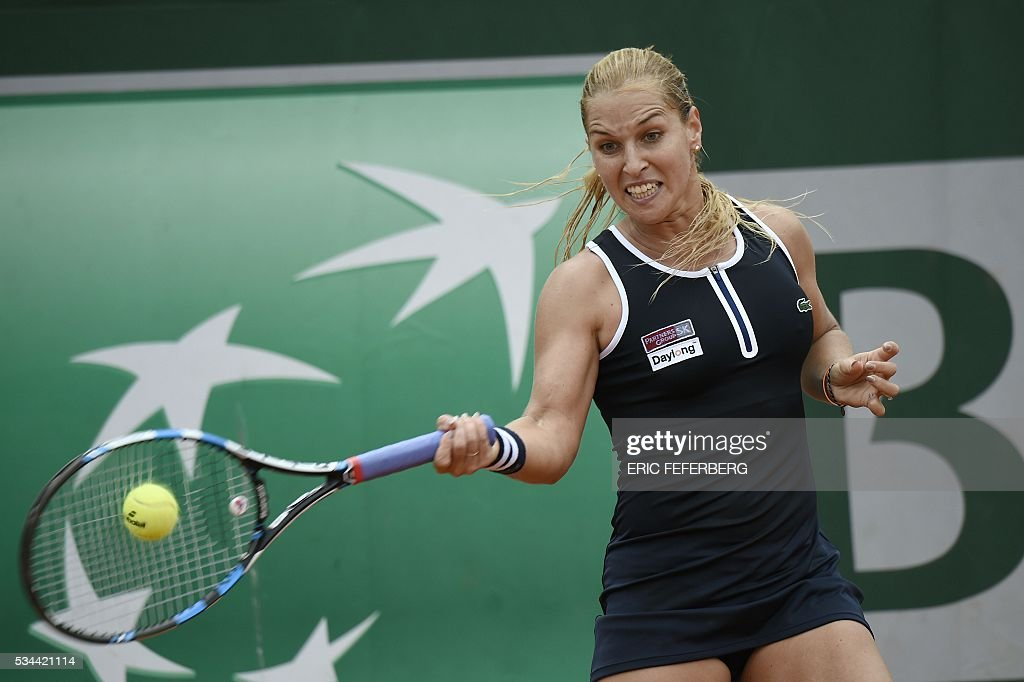 Slovakia's Dominika Cibulkova returns the ball to Croatia's Ana Konjuh during their women's second round match at the Roland Garros 2016 French Tennis Open in Paris on May 26, 2016. / AFP / Eric FEFERBERG