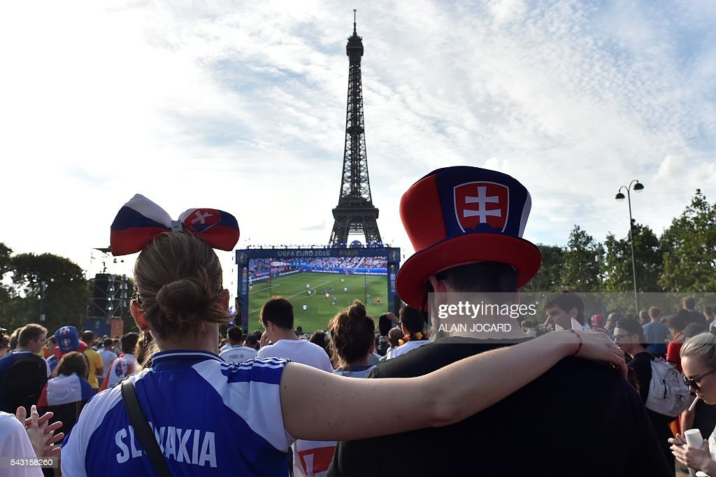 Slovakia's supporters react as they watch the Euro 2016 tournament round of 16 football match between Germany and Slovakia on June 26, 2016 at the Champ-de-Mars fanzone in Paris. / AFP / ALAIN